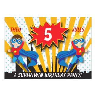 Garçons de l anniversaire de super héros de jume faire-parts