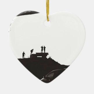 Garçons sur la colline ornement cœur en céramique
