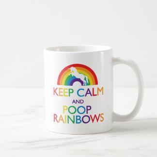 Gardez la licorne d'arcs-en-ciel de calme et de mug blanc