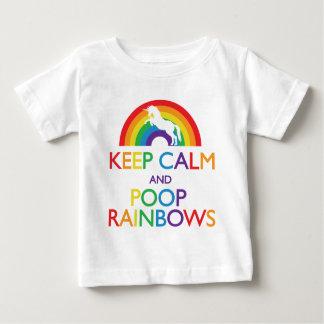 Gardez la licorne d'arcs-en-ciel de calme et de t-shirt pour bébé