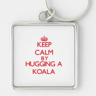 Gardez le calme en étreignant un koala porte-clé carré argenté