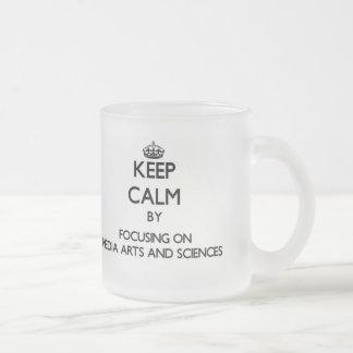 Gardez le calme en se concentrant sur des arts et tasse
