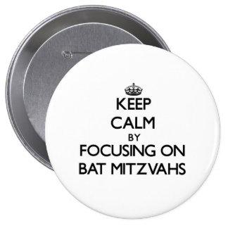 Gardez le calme en se concentrant sur des bat mitz badge avec épingle