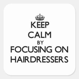 Gardez le calme en se concentrant sur des coiffeur