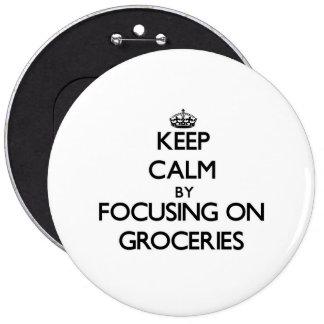 Gardez le calme en se concentrant sur des épicerie badge avec épingle