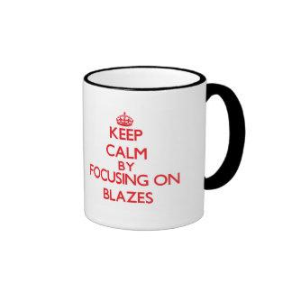 Gardez le calme en se concentrant sur des flammes tasse à café