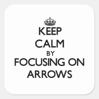 Gardez le calme en se concentrant sur des flèches autocollant carré