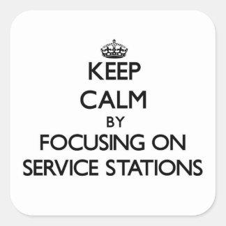 Gardez le calme en se concentrant sur des stations autocollant carré