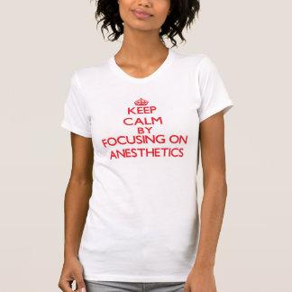 Gardez le calme en se concentrant sur des t-shirt