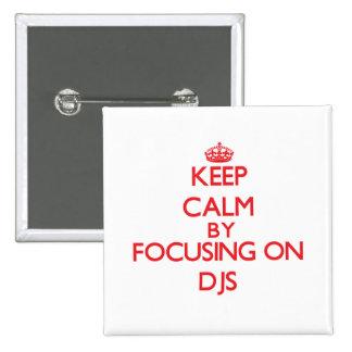 Gardez le calme en se concentrant sur DJs Pin's
