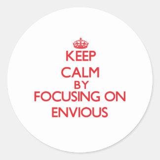 Gardez le calme en se concentrant sur ENVIEUX Autocollants Ronds