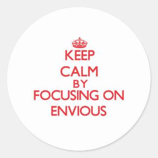 Gardez le calme en se concentrant sur ENVIEUX Autocollant Rond