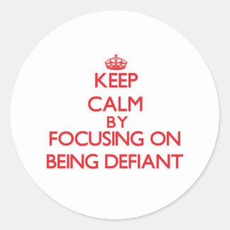 Gardez le calme en se concentrant sur être autocollant rond