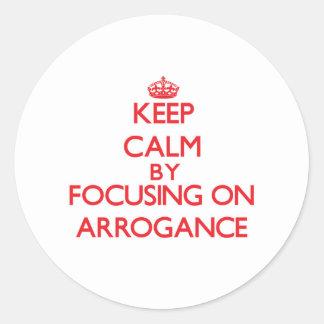 Gardez le calme en se concentrant sur l arrogance autocollant rond