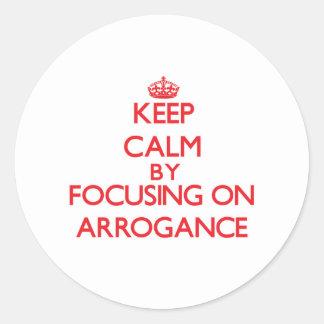 Gardez le calme en se concentrant sur l arrogance autocollants ronds