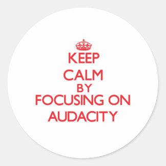 Gardez le calme en se concentrant sur l audace adhésif rond