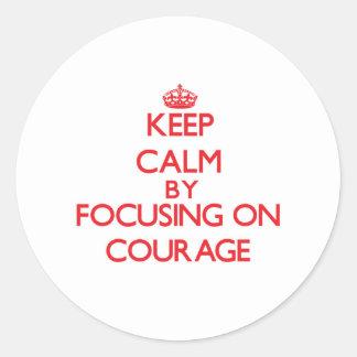 Gardez le calme en se concentrant sur le courage adhésifs ronds