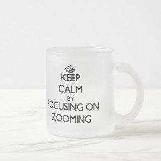 Gardez le calme en se concentrant sur le mug en verre givré