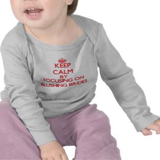 Gardez le calme en se concentrant sur les jeunes t-shirts