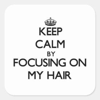 Gardez le calme en se concentrant sur mes cheveux autocollants carrés