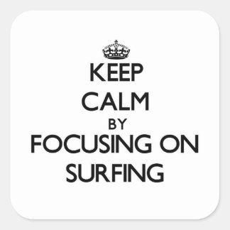 Gardez le calme en se concentrant sur surfer sticker carré