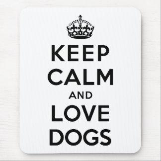 Gardez le calme et aimez les chiens tapis de souris