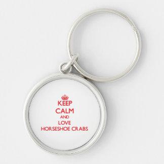 Gardez le calme et aimez les crabes en fer à porte-clé rond argenté