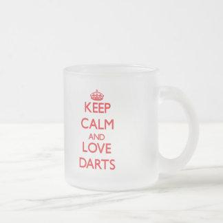 Gardez le calme et aimez les dards tasse à café