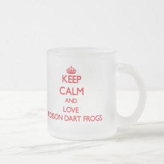 Gardez le calme et aimez les grenouilles de dard d mug en verre givré