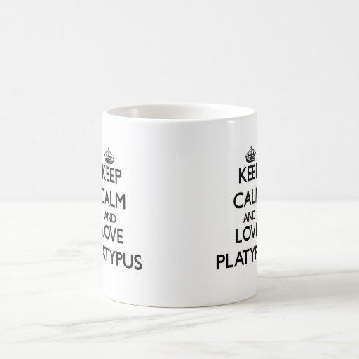 Gardez le calme et aimez l'ornithorynque mugs