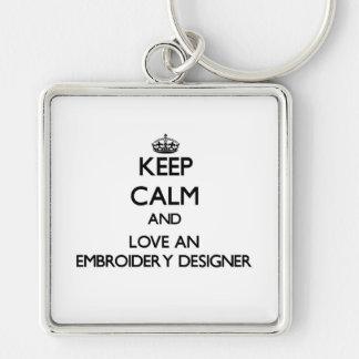 Gardez le calme et aimez un concepteur de broderie porte-clé carré argenté