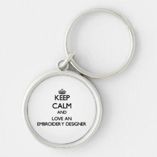 Gardez le calme et aimez un concepteur de broderie porte-clé rond argenté
