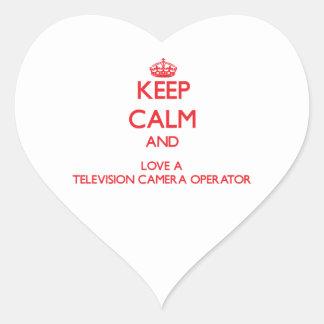 Gardez le calme et aimez un opérateur de caméra de sticker cœur