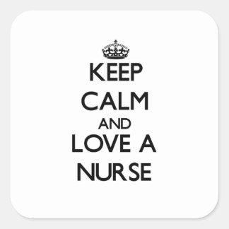 Gardez le calme et aimez une infirmière sticker carré