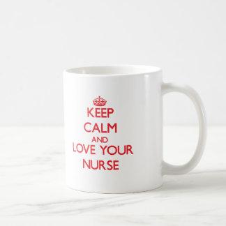 Gardez le calme et aimez votre infirmière tasse