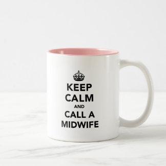 Gardez le calme et appelez une sage-femme tasse 2 couleurs
