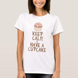 Gardez le calme et ayez un petit gâteau t-shirt