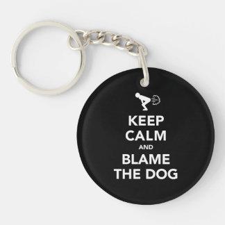 Gardez le calme et blâmez le chien porte-clé rond en acrylique une face