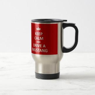 Gardez le calme et conduisez un mustang mug de voyage