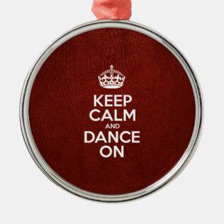 Gardez le calme et dansez dessus - le cuir rouge ornement rond argenté