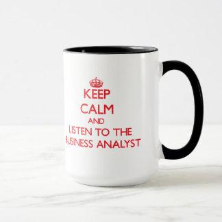 Gardez le calme et écoutez l'analyste d'affaires mug