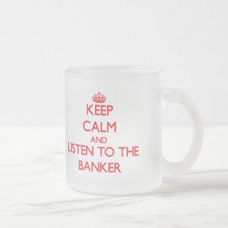 Gardez le calme et écoutez le banquier tasse givré