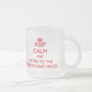 Gardez le calme et écoutez les grenouilles de dard mug en verre givré