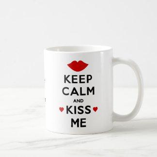 Gardez le calme et embrassez-moi mug