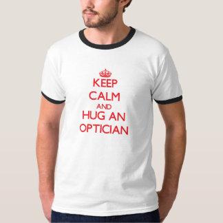 Gardez le calme et étreignez un opticien t-shirt