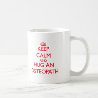 Gardez le calme et étreignez un ostéopathe mug