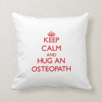 Gardez le calme et étreignez un ostéopathe oreillers