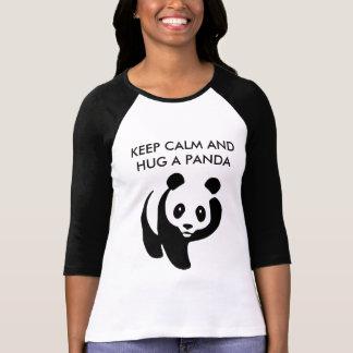 Gardez le calme et étreignez un T-shirt de panda