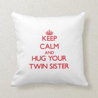 Gardez le calme et ÉTREIGNEZ votre soeur jumelle Coussin Décoratif