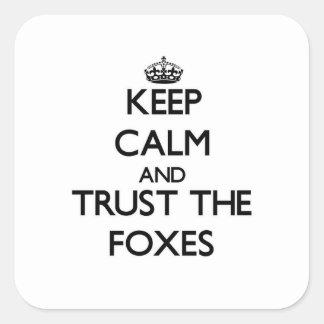 Gardez le calme et faites confiance aux renards sticker carré